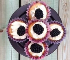 kleines-toertchen-vanille-brombeer-cupcakes 1